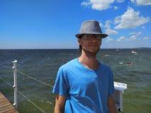 Портрет молодого человека стоя на пристани Стоковые Фото