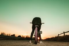 Портрет молодого человека с велосипедом bmx стоковое изображение
