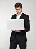 Портрет молодого человека с компьтер-книжкой в вскользь Стоковое Изображение
