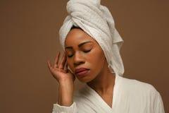 Портрет молодой африканской женщины обернутой в полотенцах Стоковые Фото