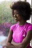 Портрет молодой афро американской женщины в спортзале пока слушая mus Стоковое фото RF