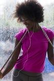 Портрет молодой афро американской женщины в спортзале пока слушая mus Стоковая Фотография RF