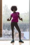 Портрет молодой афро американской женщины в спортзале пока слушая mus Стоковое Фото