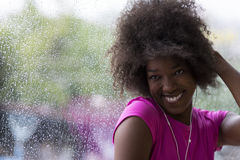 Портрет молодой афро американской женщины в спортзале пока слушая mus Стоковые Изображения RF