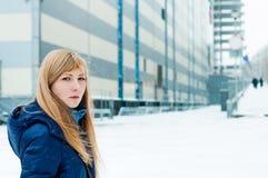 Портрет молодой белокурой женщины в теплых одеждах Стоковое Фото