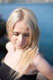 Портрет молодой белокурой женщины outdoors стоковая фотография rf