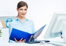 Портрет молодой бизнес-леди работая с бумагой на компьютере Стоковые Изображения RF