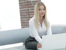 Портрет молодой бизнес-леди сидя в офисе Стоковые Фотографии RF