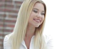 Портрет молодой бизнес-леди сидя в офисе Стоковая Фотография RF