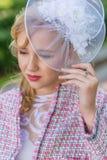 Портрет молодой блондинкы в розовом костюме в парке outdoors Стоковая Фотография RF