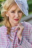 Портрет молодой блондинкы в розовом костюме в парке outdoors Стоковое Изображение