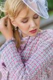 Портрет молодой блондинкы в розовом костюме в парке outdoors Стоковая Фотография