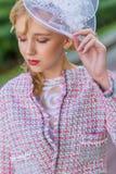 Портрет молодой блондинкы в розовом костюме в парке outdoors Стоковое Фото