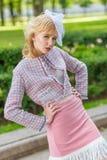 Портрет молодой блондинкы в розовом костюме в парке outdoors VI Стоковые Изображения