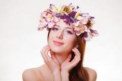 Портрет молодой девушки redhead с венком цветка стоковое изображение