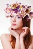 Портрет молодой девушки redhead с венком цветка стоковые изображения rf