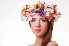 Портрет молодой девушки redhead с венком цветка стоковое изображение rf