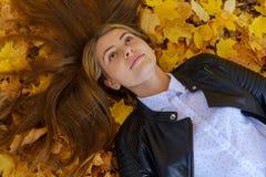 Портрет молодой европейской девушки в парке осени стоковое фото rf
