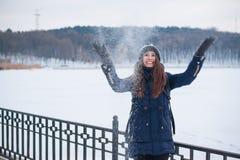 Портрет молодой женщины бросая снег Стоковое Фото