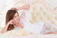 Портрет молодой женщины будя в кровати дома стоковое фото rf