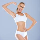 Портрет молодой женщины в белый усмехаться sportsbra стоковые фото