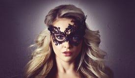Портрет молодой женщины в винтажной маске Привлекательная белокурая девушка с красивым стилем причёсок стоковое фото rf
