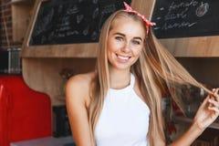 Портрет молодой женщины в кухне стоковая фотография rf
