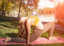 Портрет молодой женщины в парке города осени Девушка спорта делая йогу снаружи Стоковая Фотография RF