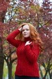Портрет молодой женщины в парке осени, листьях желтого цвета и деревьях Стоковое Изображение