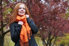 Портрет молодой женщины в парке осени, листьях желтого цвета и деревьях Стоковые Изображения RF