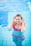 Портрет молодой женщины в плавательном бассеине стоковое фото rf