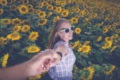 Портрет молодой женщины в поле солнцецвета стоковые фото