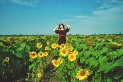 Портрет молодой женщины в солнцецветах Стоковая Фотография RF