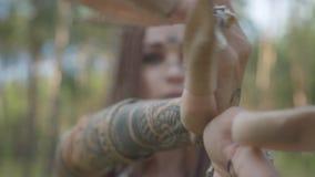 Портрет молодой женщины в театральном костюме и составить nymth леса танцуя с hamsa на ладони в показе леса акции видеоматериалы