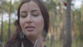 Портрет молодой женщины в театральном костюме и составить nymth леса танцуя в представлении или делать показа леса акции видеоматериалы