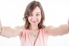 Портрет молодой женщины делая фото selfie на девушке smartphone Стоковые Фотографии RF