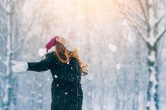 Портрет молодой женщины зимы Девушка красоты радостная модельная смеясь над и имея потехой в парке зимы красивейшие детеныши женщ Стоковые Фото