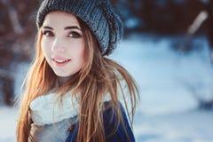 Портрет молодой женщины идя в снежный лес зимы, проводя каникулы рождества внешние Стоковое фото RF