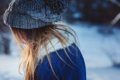 Портрет молодой женщины идя в снежный лес зимы, проводя каникулы рождества внешние Стоковое Изображение
