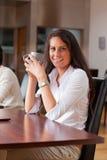 Портрет молодой женщины имея кофе Стоковые Фотографии RF