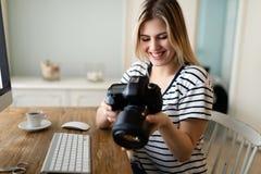 Портрет молодой женщины конструируя дома стоковые фотографии rf