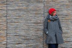 Портрет молодой женщины на деревянной стене стоковые изображения rf