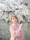 Портрет молодой женщины на фоне blossoming Стоковые Изображения