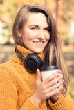 Портрет молодой женщины ослабляя в парке Стоковая Фотография