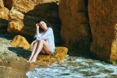 Портрет молодой женщины отдыхая на пляже Стоковые Изображения