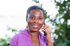 Портрет молодой женщины по телефону стоковые изображения rf