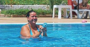 Портрет молодой женщины принимая портрет в бассейне на тропическом пляже акции видеоматериалы