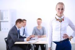Портрет молодой женщины работая на офисе стоя с папкой Портрет молодой женщины женщина дела 2 Стоковое Изображение