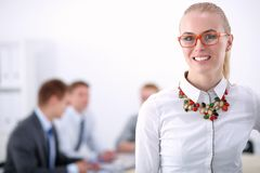 Портрет молодой женщины работая на офисе стоя с папкой Портрет молодой женщины женщина дела 2 Стоковая Фотография RF