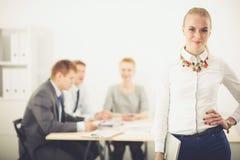 Портрет молодой женщины работая на офисе стоя с папкой Портрет молодой женщины женщина дела 2 Стоковые Изображения